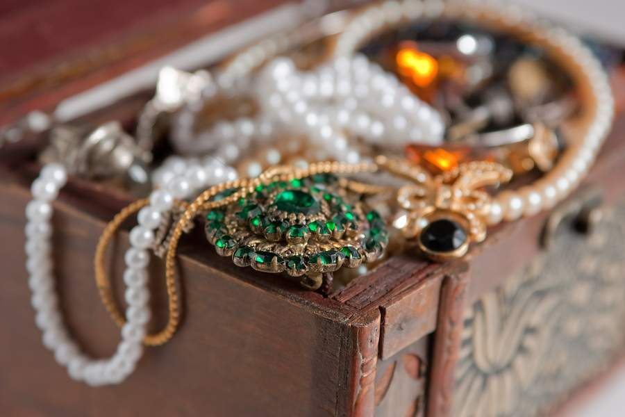 Vintage Vs Antique >> Differences In Vintage Antique And Estate Jewelry How To Buy