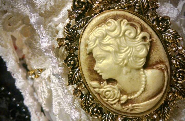 A Vintage Florenza Jewelry Buying Guide