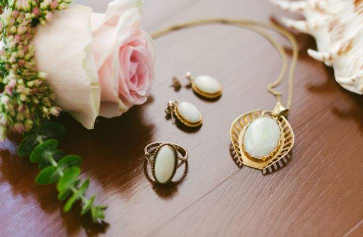 why buy vintage jewelry